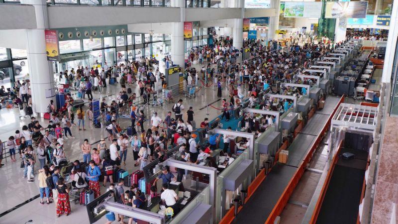 Ngày cao điểm, Cảng hàng không quốc tế Nội Bài đón hơn 84.000 lượt khách qua cảng. Ảnh Phan Công