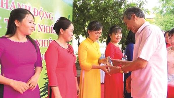 Lãnh đạo huyện ủy Thường Tín tặng chai thủy tinh cho cán bộ hội viên phụ nữ