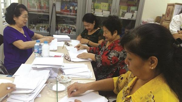 Cán bộ hội viên phụ nữ phường Hàng Bột quận Đống Đa thực hiện gấp túi giấy