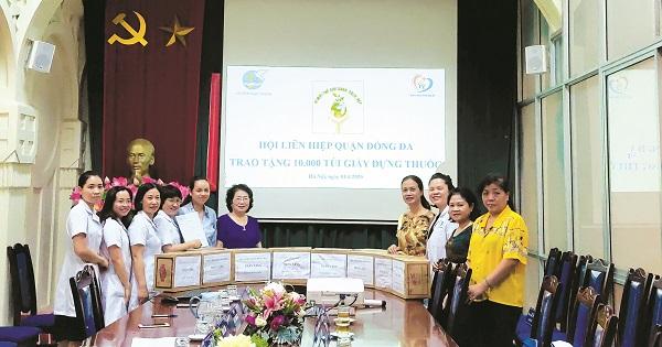 Hội LHPN quận Đống Đa tổ chức tặng 10.000 túi giấy cho bệnh viện Đa khoa Đống Đa