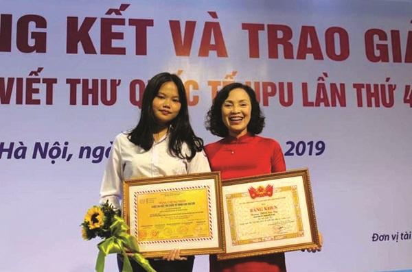 Cô Hải và học sinh tại buổi Tổng kết và trao giải cuộc thi Viết thư quốc tế UPU lần thứ 48 (năm 2019)