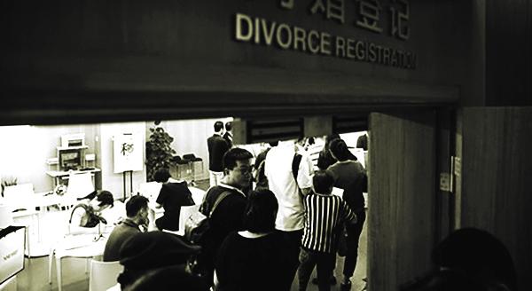 Bùng nổ số vụ ly hôn khiến các địa điểm làm thủ tục ly hôn lúc nào cũng kín người