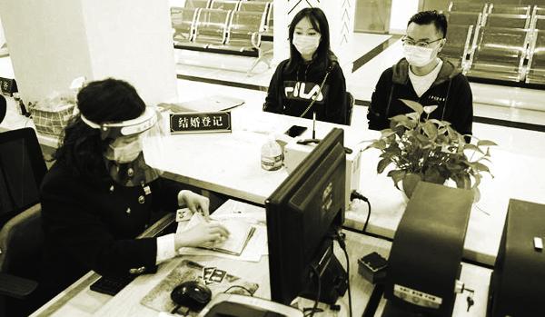 Chen và vợ sắp cưới,  Zhang đang làm thủ tục kết hôn