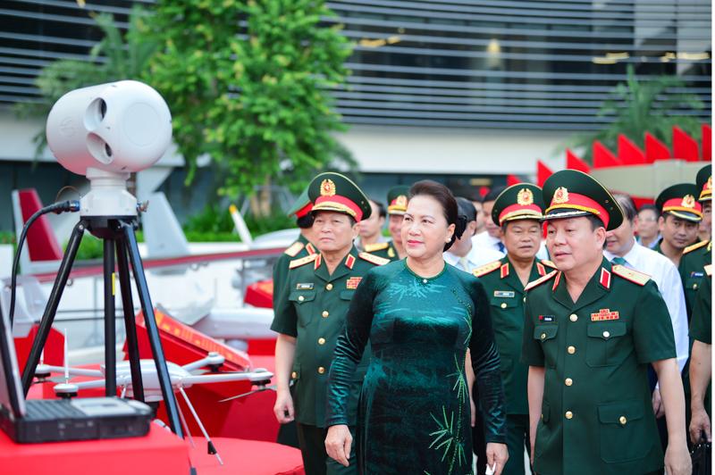 Chủ tịch Quốc hội thăm quan các thiết bị công nghiệp viễn thông đáp ứng được mọi nhu cầu của đời sống.