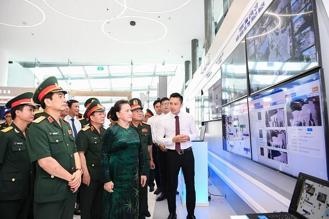 Chủ tịch Quốc hội thăm quan Phòng truyền thống của Tập đoàn Viettel. lkthamw
