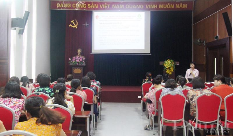 Chị Nguyễn Hoàng Yến - viện LIGHT thông tin về mục đích của buổi tập huấn.