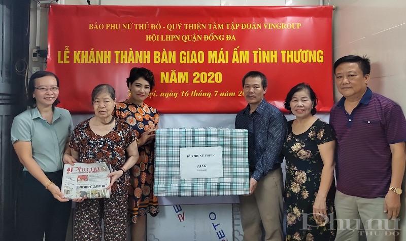 Đồng chí Lê Quỳnh Trang- Tổng biên tập Báo Phụ nữ Thủ đô  ( người thứ 3 từ trái sang), cùng đại diện lãnh đạo Hội LHPN quận, phường đã  trao quà cho gia đình bà Hoàng Thị Phương ( người thứ 2 từ trái sang)
