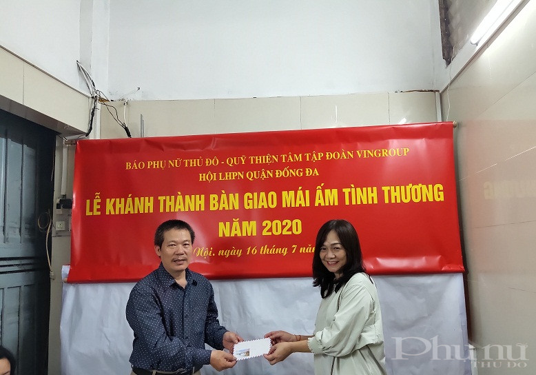 Dịp này, gia đình bà Hoàng Thị Phương cũng nhận được quà thể hiện  sự quan tâm hỗ trợ của các chị em hội viên phụ nữ trên địa bàn khu dân cư số 4