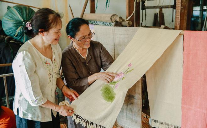 Sản phẩm từ tơ sen của Nghệ nhân Ưu tú Phan Thị Thuận đã có mặt ở nhiều quốc gia trên thế giới như: Pháp, Mỹ, Nhật Bản...