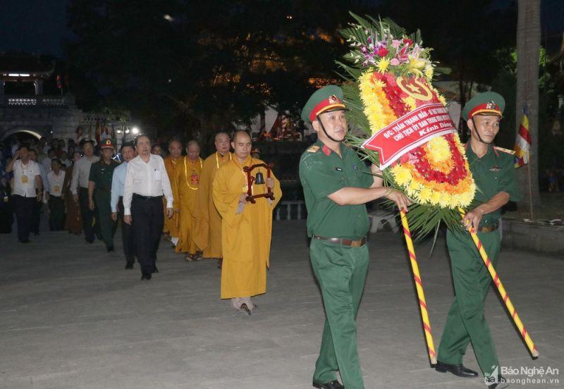 Các đại biểu dâng hoa tưởng niệm các anh hùng liệt sĩ tại Nghĩa trang Liệt sĩ quốc tế Việt - Lào. Ảnh: Báo Nghệ An