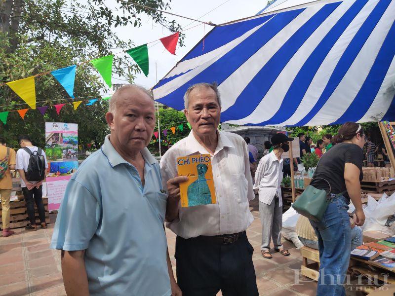 Ông Nguyễn Thế Nghĩa, sống ở khu Ngoại giao đoàn rủ người bạn đến hội chợ do Hội Phụ nữ tổ chức ông đã lựa chọn cho mình một cuốn sách với giá ưu đãi giảm hơn 50%.