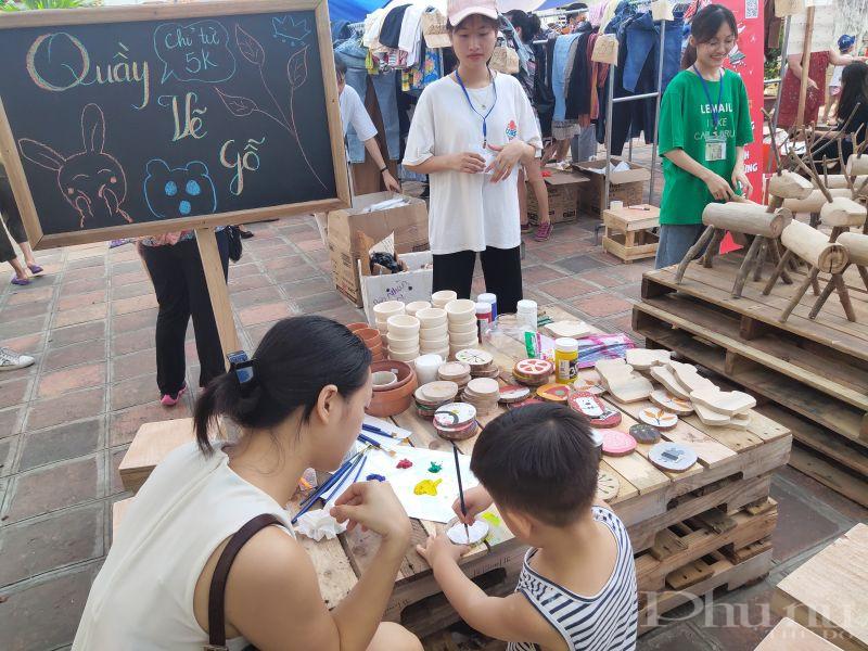 Chị Hương đưa con trai 4 tuổi đến trải nghiệm chương trình tại Hội chợ, đây là một chương trình hết sức nhân văn và có ý nghĩa thiết thực góp phần bảo vệ môi trường