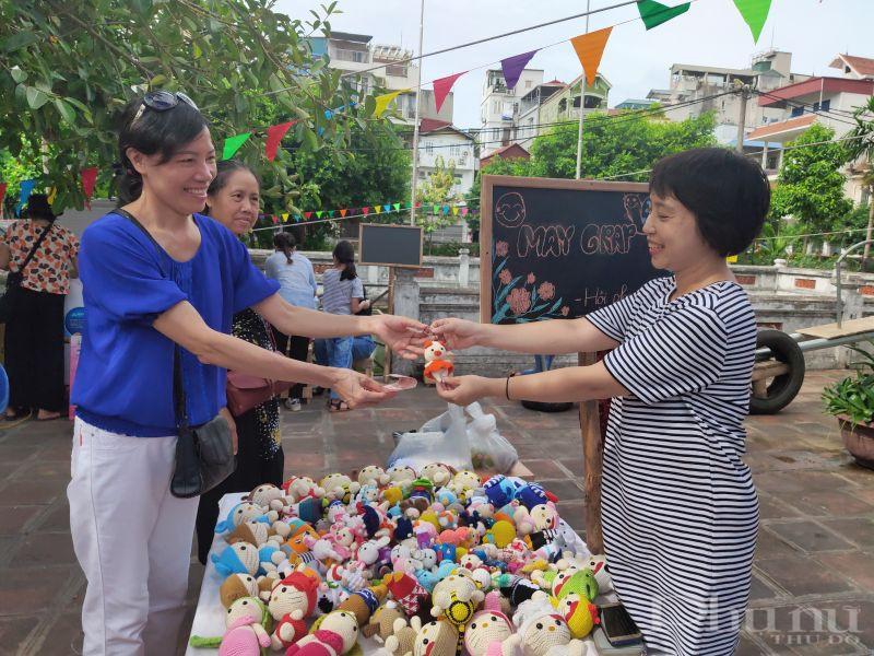 Chị Nguyễn Thị Minh Hiền (bên phải), hội viên phụ nữ phường Ngọc Hà đã mang đến những sản phẩm là các con thú bông, móc khóa được chị tự mày mò học đan trên mạng . Với mỗi con thú bông với giá bán từ 100- 300 nghìn đồng những chị em có thể lựa chọn món đồ yêu thích .