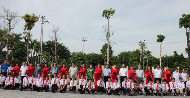 Các đại biểu tham gia chương trình cắt băng khánh thành và bàn giao sân chơi tại xã Bắc Hồng