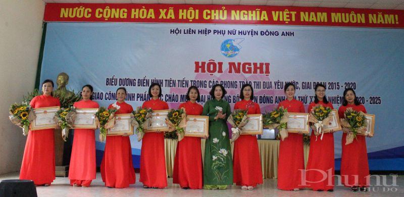 Đồng chí Lê Kim Anh - Chủ tịch Hội LHPN Hà Nội trao bằng khen cho 9 tập thể xuất sắc