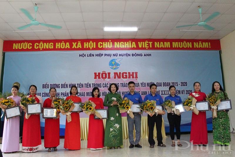 Đồng chí Lê Kim Anh- Chủ tịch Hội LHPN Hà Nội trao giải cho các tập thể, cá nhân đạt giải cuộc thi ảnh