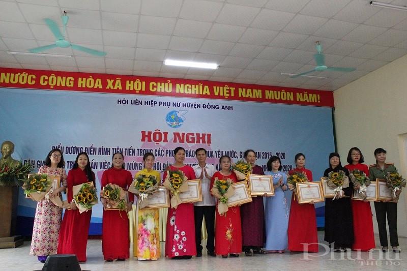 Các cá nhân được Hội LHPN huyện khen thưởng vì có thành tích xuất sắc trong phòng chống dịch Covid -19