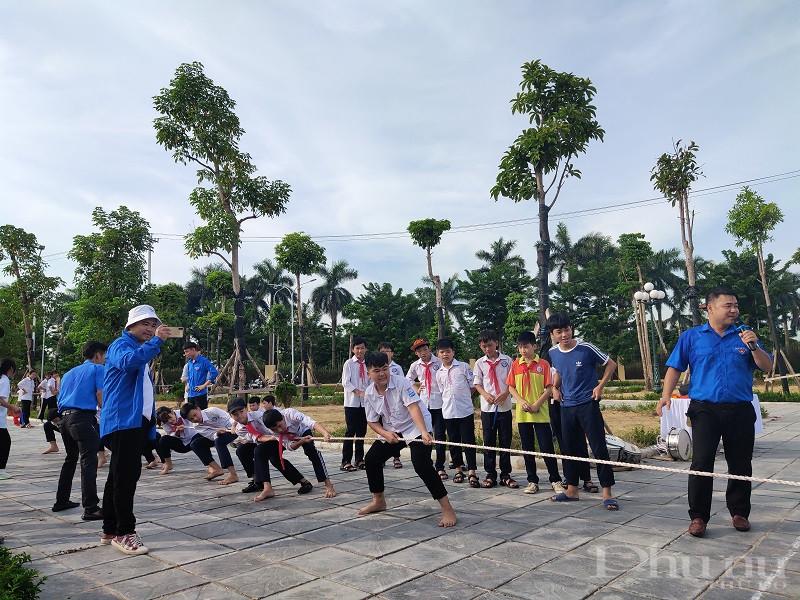 Các em học sinh tham gia trò chơi kéo co