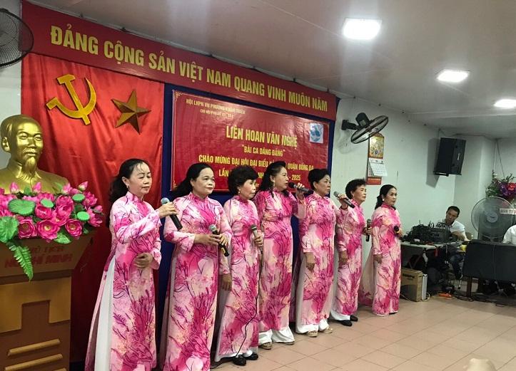 Cán bộ Hội viên phụ  nữ tham gia tiết mục văn nghệ tại phường Khâm Thiên