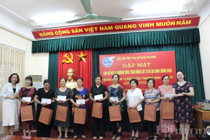 Lãnh đạo Hội LHPN quận Ba Đình trao quà cho các đại biểu tham dự buổi gặp mặt