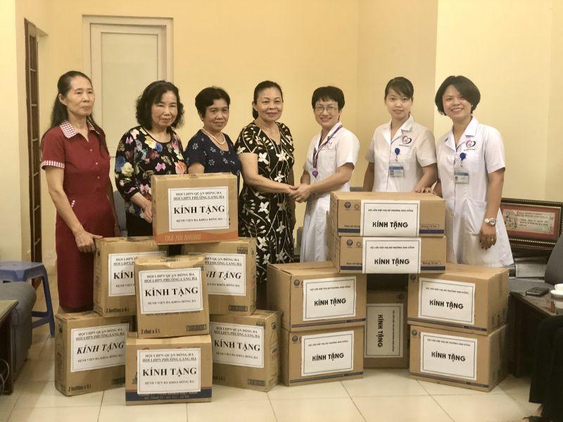 30.000 túi giấy do Hội LHPN  hai phường: Láng Hạ và Nam Đồng trao tặng đến bệnh viện Đa khoa Đống Đa vào sáng 21/7