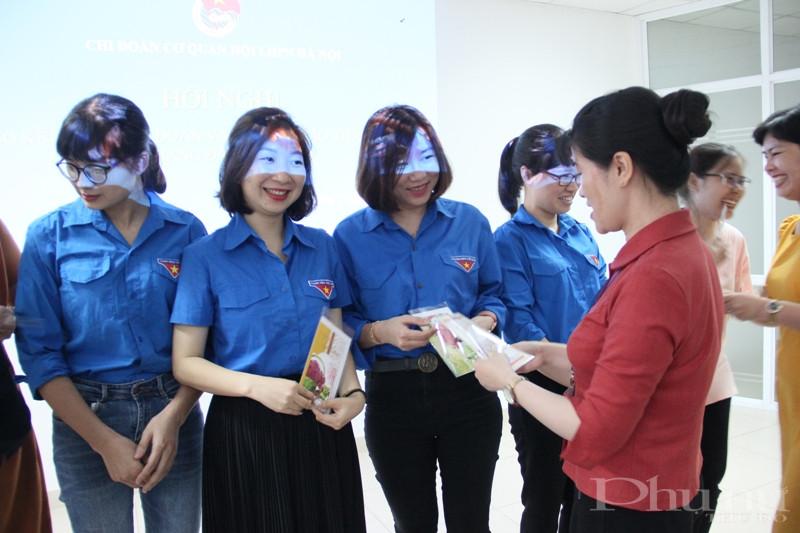 Chi đoàn Hội LHPN Hà Nội tặng quà cho các đoàn viên có sinh nhật trong quý 2/2020.