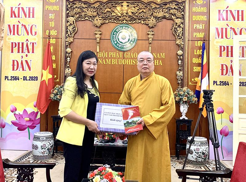 Chủ tịch UBMTTQ Việt Nam thăm và tặng quà Hòa thượng Thích Thanh Nhiễu. Các vị chức sắc tôn giáo là thân nhân liệt sĩ.