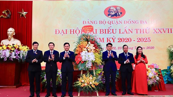 Đồng chí Nguyễn Đức Chung tặng hoa chúc mừng Đại hội Đại biểu quận Đống Đa nhiệm kỳ 2020 -2025