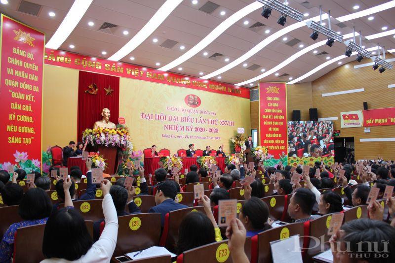 Các đại biểu biểu quyết thông qua danh sách bầu BCH Đảng bộ quận nhiệm kỳ 2020-2025