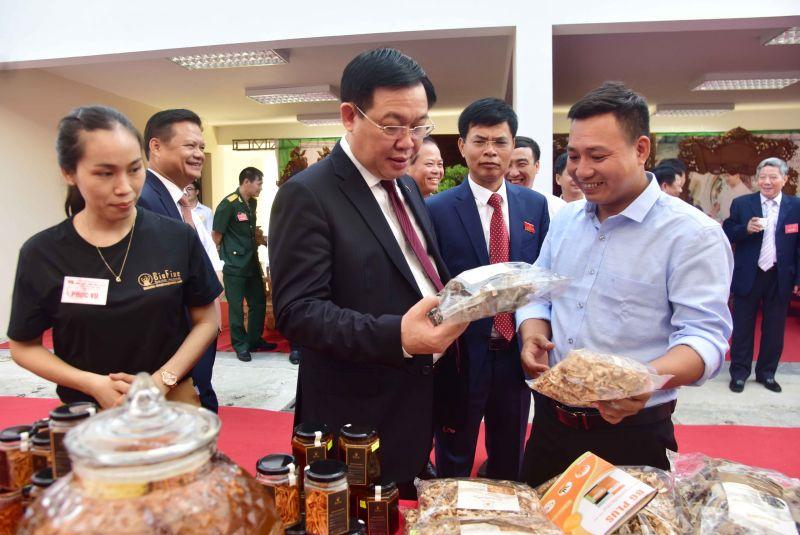 Đ/c Bí thư Thành ủy đánh giá cao các sản phẩm làng nghề của Quốc Oai.