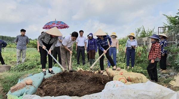 Rơm rạ và phụ phẩm nông nghiệp được cán bộ, hội viên Hội LHPN xã Đông Xuân biến thành phân hữu cơ