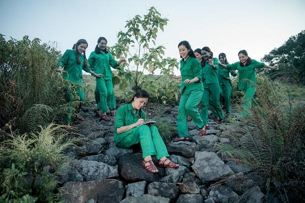 Một cảnh về 10 nữ thanh niên xung phong anh hùng Ngã ba Đồng Lộc trong dự án âm nhạc của Sao Mai Huyền Trang