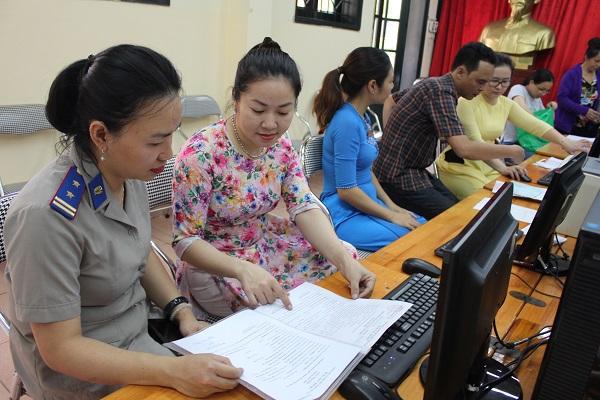 Các gia đình làm thủ tục tuyển sinh trực tuyến cho con vào lớp 1 năm học 2019-2020. Vào tháng 8 tới, công tác tuyển sinh trực tuyến năm học 2020-2021 của Hà Nội cũng sẽ bắt đầu