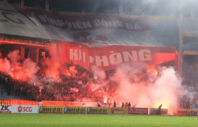 Cổ động viên Hải Phòng FC đốt pháo sáng trong trận đấu ngày 17-7, Vòng 10 V.League 2020.