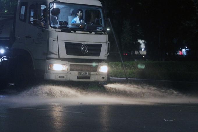 Xe rửa đường trước khi diễn ra hoạt động phố đi bộ Hồ Gươm và vùng phụ cận.