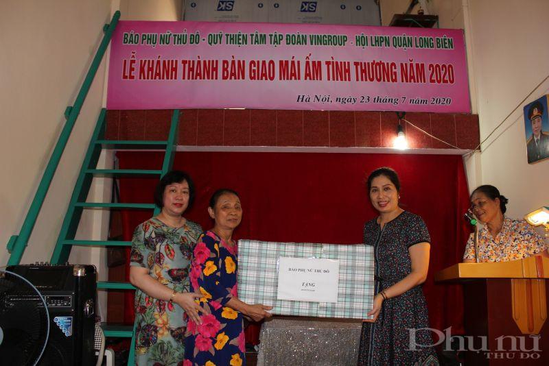 các đồng chí: Lê Thị Hồng Minh- Phó tổng biên tập báo Phụ nữ Thủ đô; Lê Vân Anh – Trưởng ban Hành chính trị sự báo Phụ nữ Thủ đô trao quà cho gia đình bà Nhâm