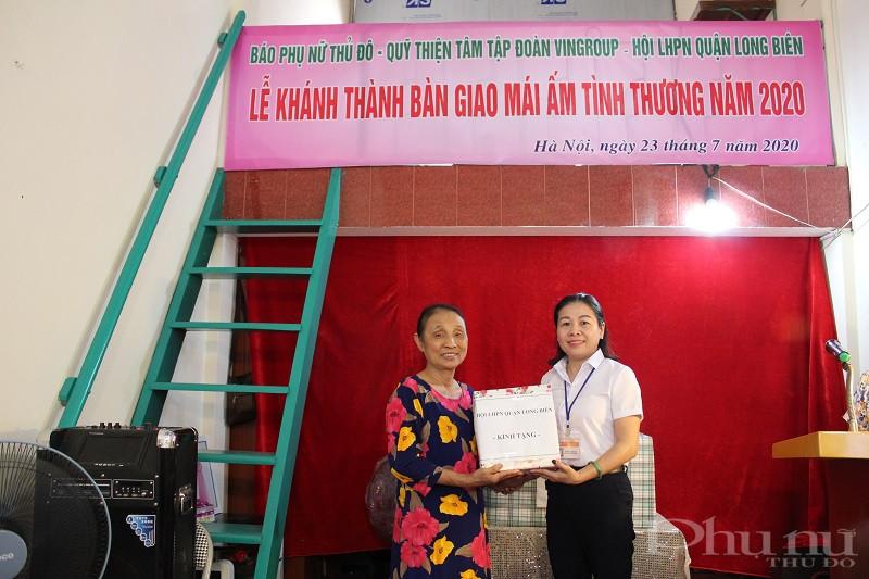 Đồng chí Trần Thị Việt Hoa - Phó Chủ tịch Hội LHPN quận Long Biên tặng quà của quận  hội cho gia đình bà Nhâm