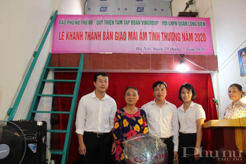 Bà Nguyễn Thị Nhâm nhận quà của UBND phường trao tặng