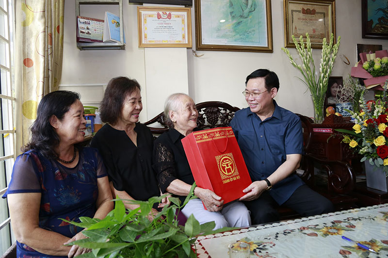 Bí thư Thành ủy Vương Đình Huệ thăm, tặng quà gia đình liệt sỹ Đặng Thùy Trâm.