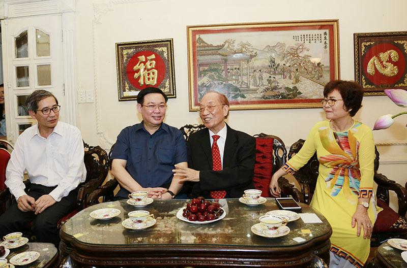 Bí thư Thành ủy động viện đồng chí Đoàn Duy Thành giữ gìn sức khỏe.