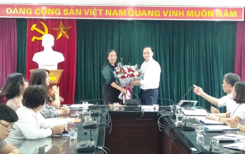 Bí thư quận ủy Long Biên Đường Hoài Nam tặng hoa và trao Quyết định cho nguyên Chủ tịch Hội LHPN quận Long Biên
