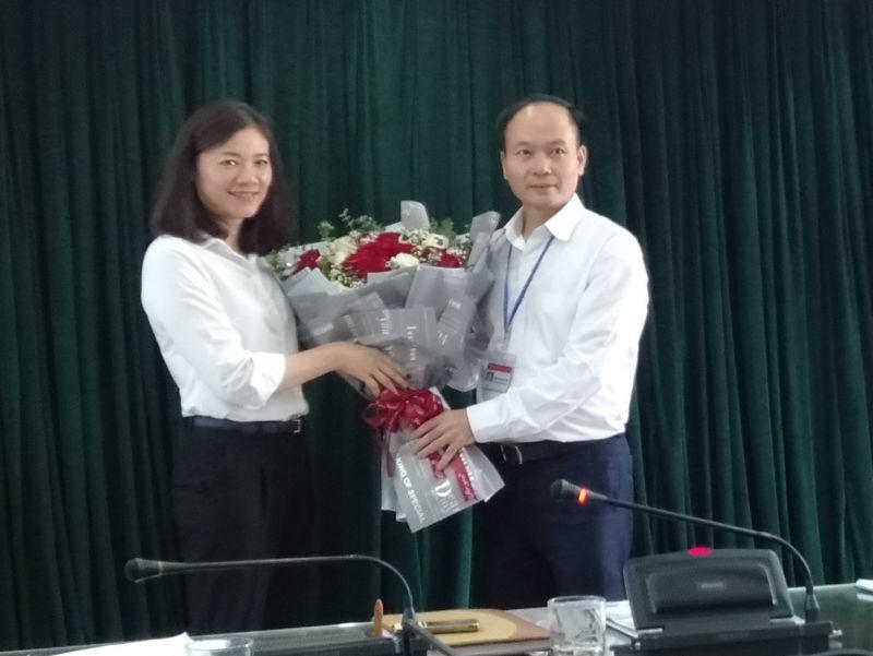 Tân Chủ tịch Hội LHPN quận Long Biên Đào Thu Hải nhận hoa chúc mừng từ Bí thư Quận ủy Long Biên Đường Hoài Nam