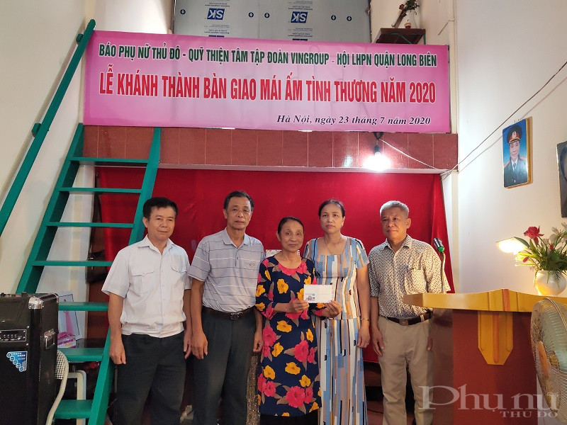 Đại diên  lãnh đạo chính quyền, các đoàn thể trong tổ dân phố số 22 phường Ngọc Thụy tặng quà cho gia đình bà Nhâm