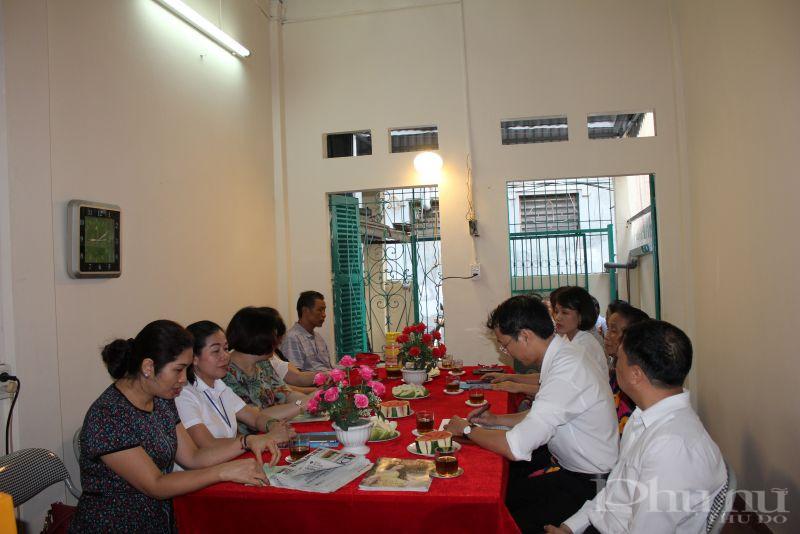 Các đại biểu đến chia vui với gia đình bà Nhâm  trong ngày bàn giao nhà mới
