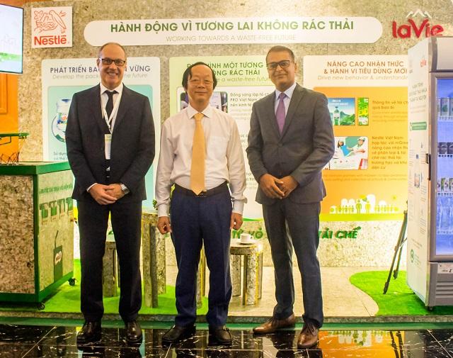 Ông Buno Jacob - Tổng giám đốc Nestle' Việt Nam giới thiệu với ông Võ Tuấn Nhân - Thứ trưởng Bộ Tài nguyên và Môi trường