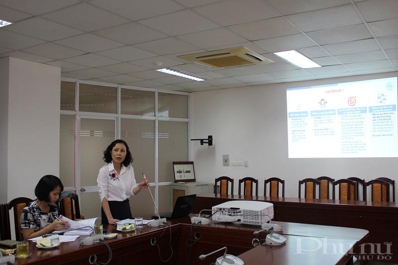 Đồng chí Bùi Thị Hồng giới thiệu các chuyên đề trong tài liệu tập huấn