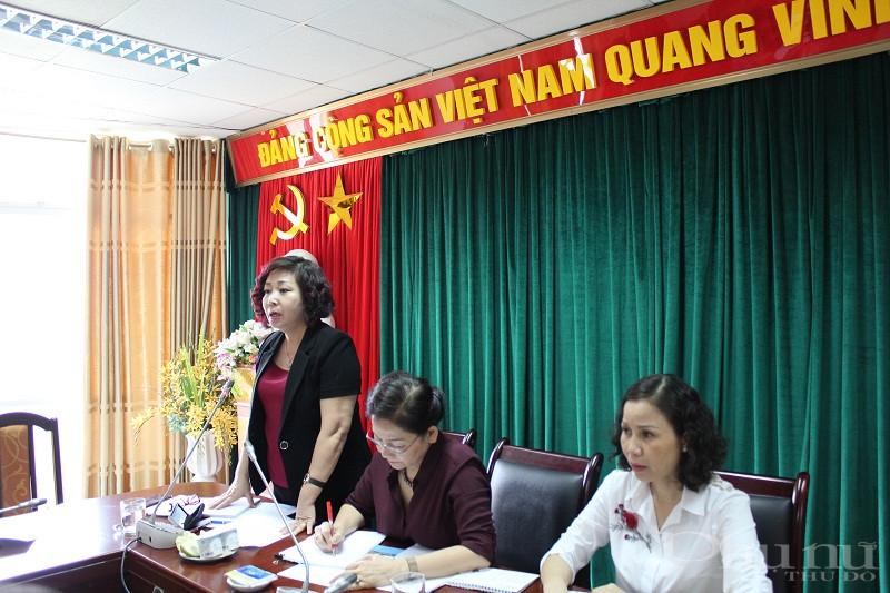 Đồng chí Lê Thị Thiên Hương - Phó Chủ tịch Hội LHPN Hà Nội phát biểu góp ý vào tài liệu tập huấn tại hội thảo