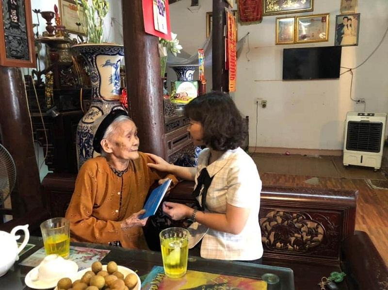 Đồng chí Nguyễn Thị Thanh Tâm - Chủ tịch Hội LHPN huyện Đông Anh thăm hỏi Mẹ Việt Nam Anh hùng