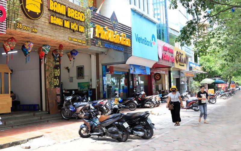 """Việc triển khai mô hình """"Tuyến phố an toàn thực phẩm có kiểm soát"""" đã giúp thay đổi thói quen kinh doanh và đẩy lùi thực phẩm """"bẩn"""".  Trong ảnh: Tuyến phố Duy Tân (quận Cầu Giấy) là một trong 14 """"Tuyến phố an toàn thực phẩm có kiểm soát"""" trên địa bàn thành phố Hà Nội. Ảnh: Nguyễn Quang"""