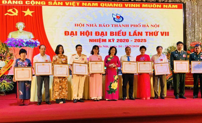 Báo Phụ nữ Thủ đô cùng các tập thể được nhận bằng khen của Thành Uỷ Hà Nội